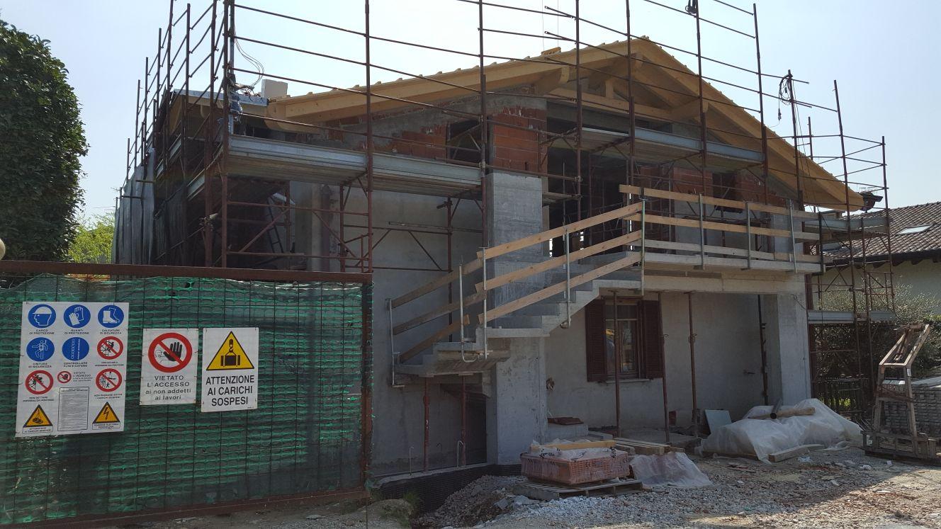 L'esterno della casa in ristrutturazione